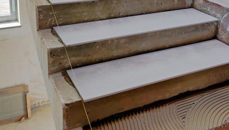 układanie płytek na schodach